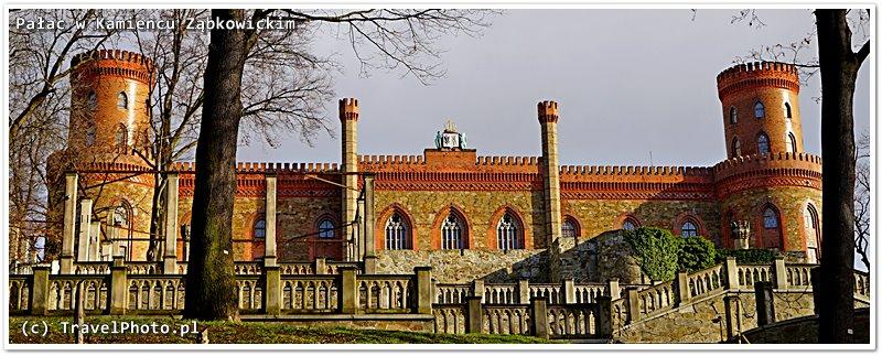 Nawet patrząc z bliska na fasadę pałacu nie trudno zgadnąć dlaczego nazywany jest zamkiem.