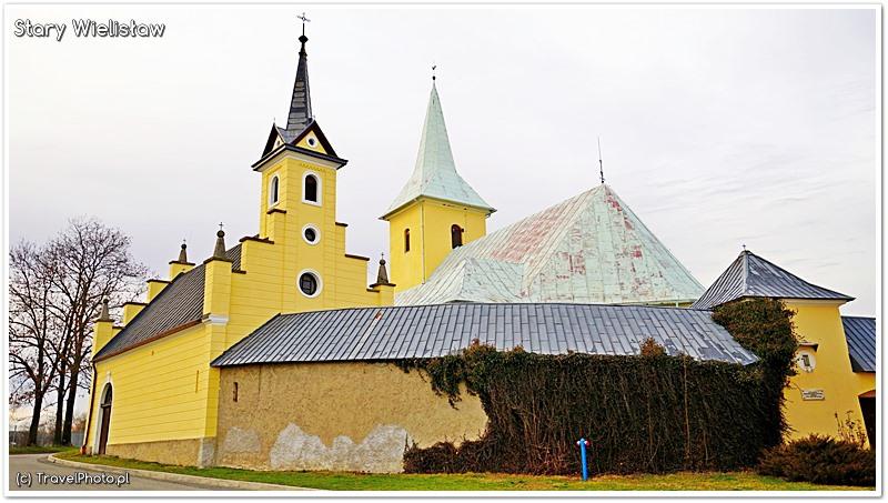 Stary Wielisław - widok od pd.-wsch. - z lewej wbudowana w mur obronny kaplica cmentarna