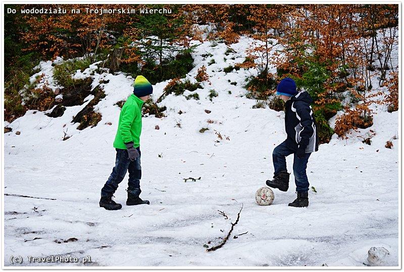 Chłopcy znaleźli starą piłkę i kopali ponad 2km pod górę!