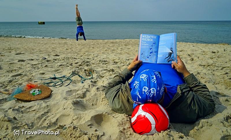 Jedni czytają PODRÓŻOWNIK, inni stają na głowie!