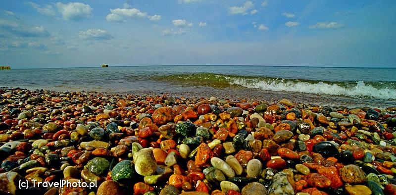 Są miejsca na plaży z hałdami pięknych kamyków.