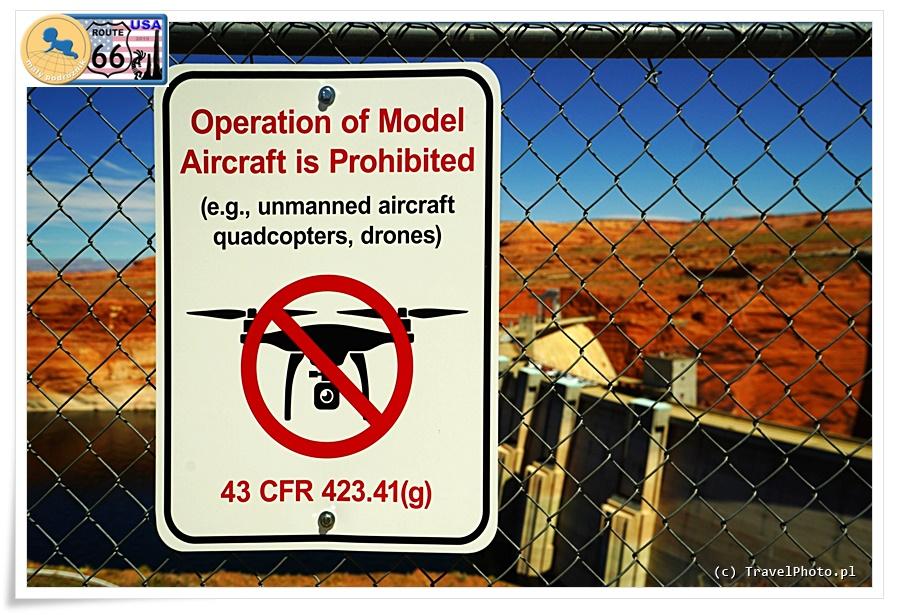 Zakaz latania dronami - bardzo często spotykana tabliczka.