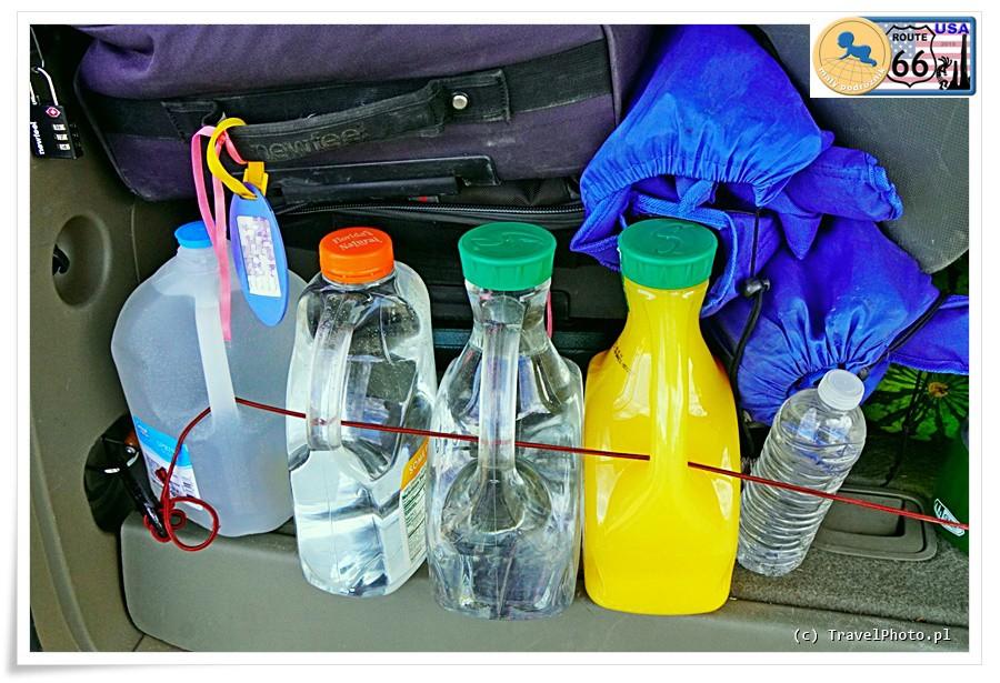Puste butelki po sokach znakomicie zastępowały kupne pojemniki na wodę.