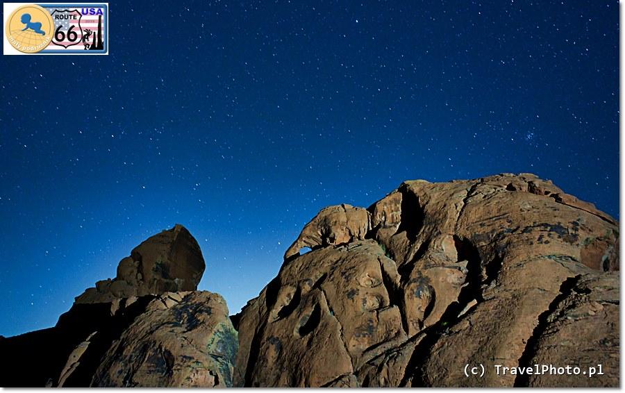 Latarka ARMYTEK Wizard PRO - skała oświetlona do zdjęcia z odległości ponad 100 metrów krótkim błyskiem